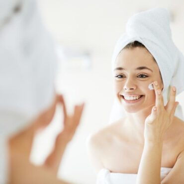 woman-putting-on-face-cream